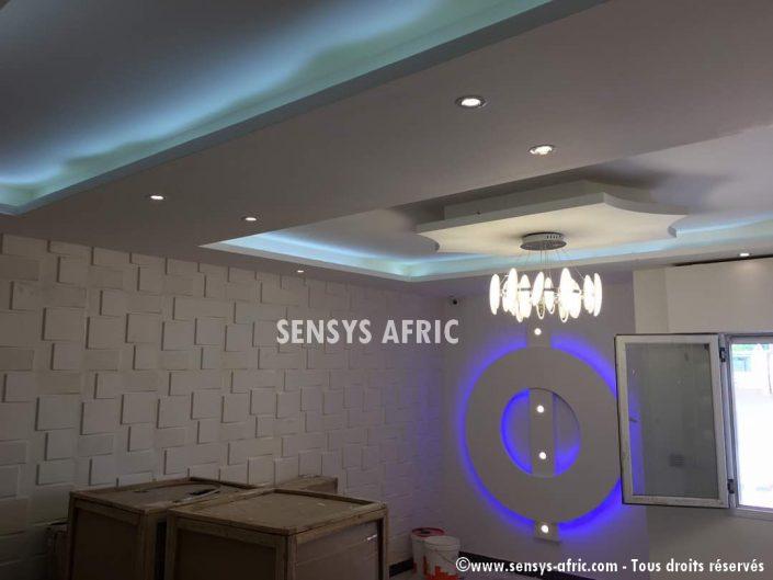 Décoration-Salon-Faux-Plafond-Panneaux-3D-705x529 Faux Plafonds  Sensys Afric - Laissez libre court à votre imagination