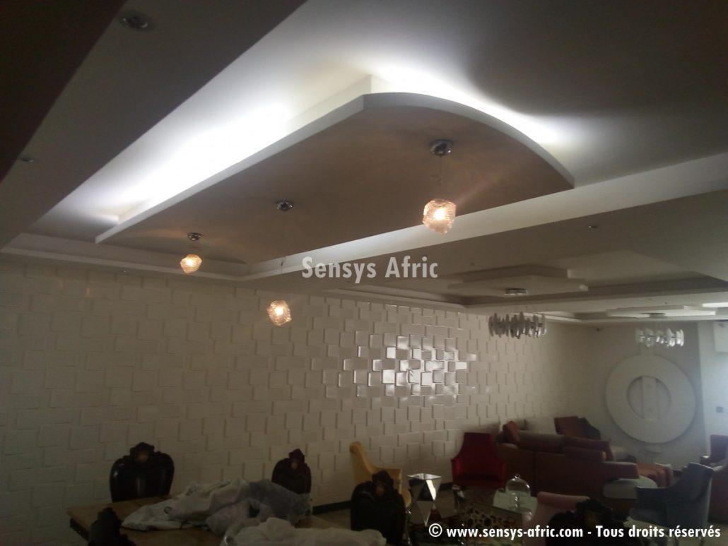 D coration salon pi ce de s jour hall dakar s n gal for Decoration ba13 salon
