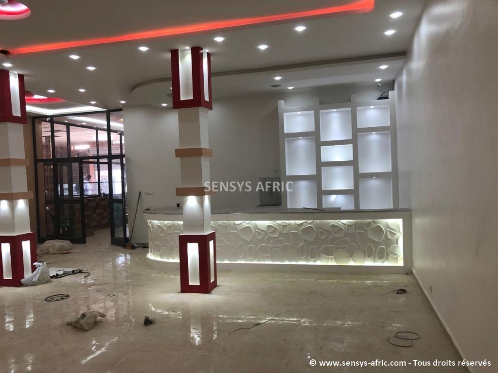 Design-boutique-Dakar-Décoration-showroom-Thiès-déco-intérieur-Saint-Louis-Sensys-Afric Décoration restaurant à Dakar, Sénégal.