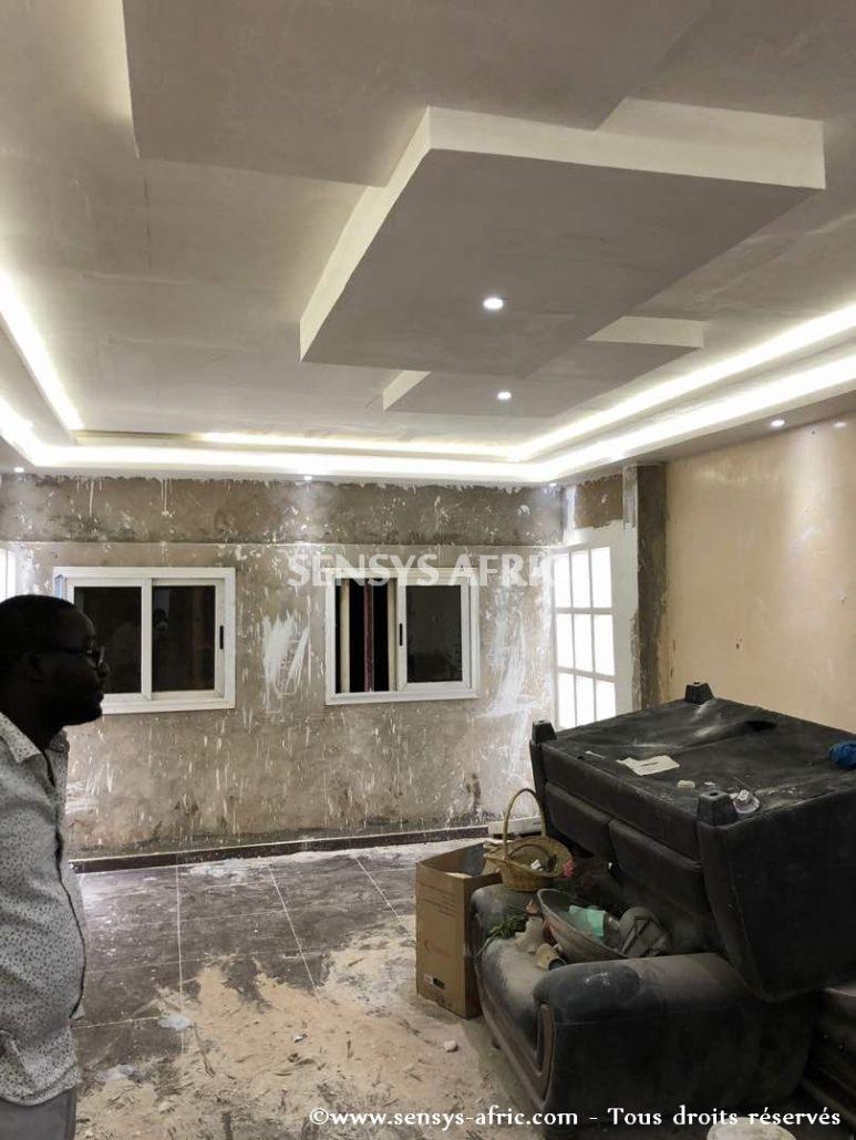 Faux-Plafond-décoration-salon-moderne-déco-intérieur-Dakar-Thiès-Saint-Louis-Louga-Sénégal-Design-Sensys-Afric-773x1030 Design salon moderne à Dakar, Thiès, Sénégal.