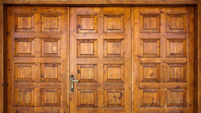 11-705x397 Pourquoi choisir une porte en bois au Sénégal
