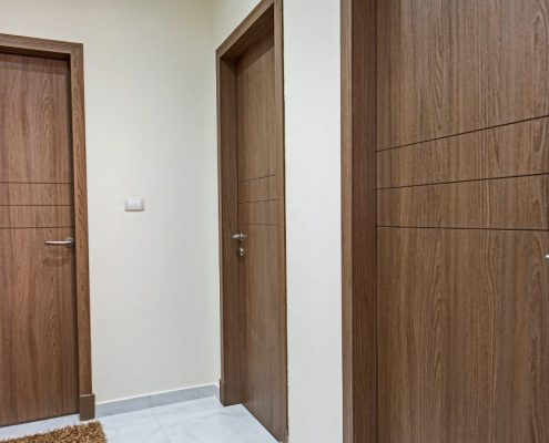 pourquoi-installer-une-porte-en-bois-au-Sénégal-1-495x400 Porte en bois à Dakar, Sénégal.
