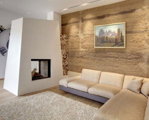 mur-de-pierre-brute-cheminee-moderne-canape-angle-beige-495x400 Décoration salon, pièce à vivre ou de séjour