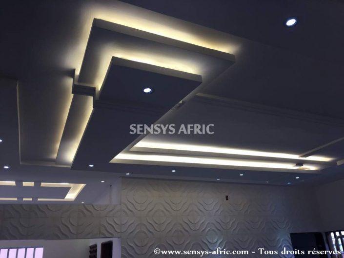Design-décoration-salon-moderne-déco-intérieur-Dakar-Thiès-Saint-Louis-Louga-Sénégal-Sensys-Afric-7-705x529 Faux Plafond