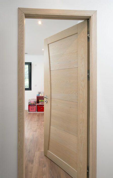 Porte-en-bois-Dakar-Design-porte-Thiès-Saint-Louis-Sénégal-Menuiserie-décoration-bois-Sensys-Afric-448x705 Pourquoi choisir une porte en bois au Sénégal