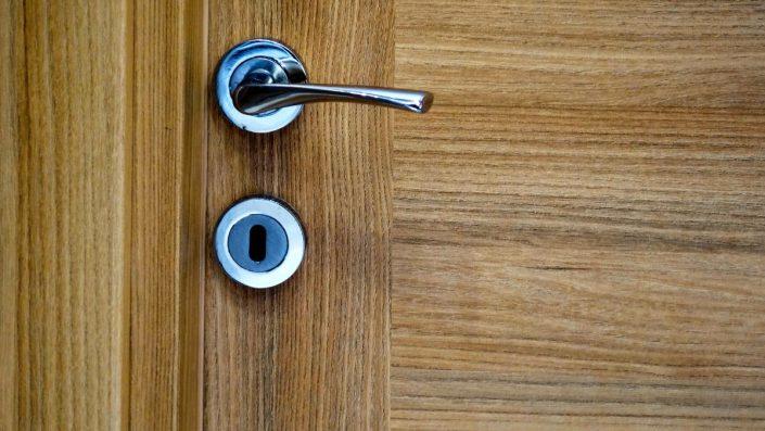 1-705x397 Pourquoi choisir une porte en bois au Sénégal