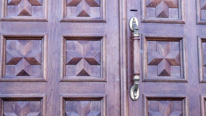 7-705x397 Pourquoi choisir une porte en bois au Sénégal